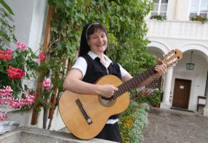 Sr. Monika Gitarre